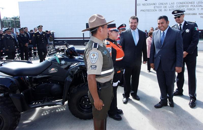 BRAULIO ALVAREZ ENTREGA EQUIPO A POLICIAS