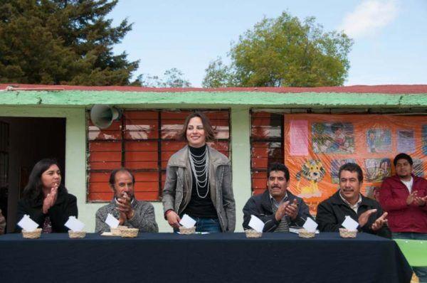 JANETH CONZUELO ENTREGA RECURSOS EN ALMOLOYA