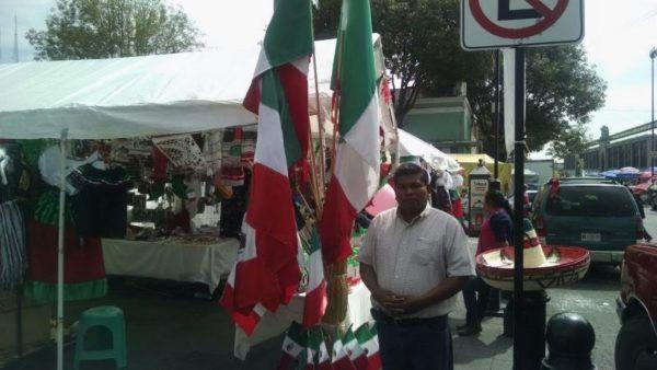 """""""Les pido que cumplan con los requisitos de ley deben de pagar alguna contribución mínima, pero lo deben de pagar y dejar bien asentado que son productos de artesanías, pero todo conforme a la ley"""" solicitó el Alcalde de Toluca"""