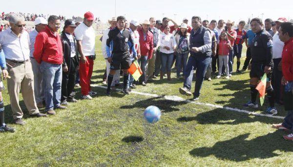 INAUGURA BRAULIO ALVAREZ CANCHA DE FUTBOL EN AUTOPAN