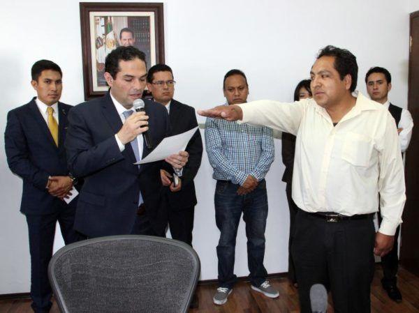 ENRIQUE VARGAS TOMA PROTESTA AL CRONISTA  MUNICIPAL
