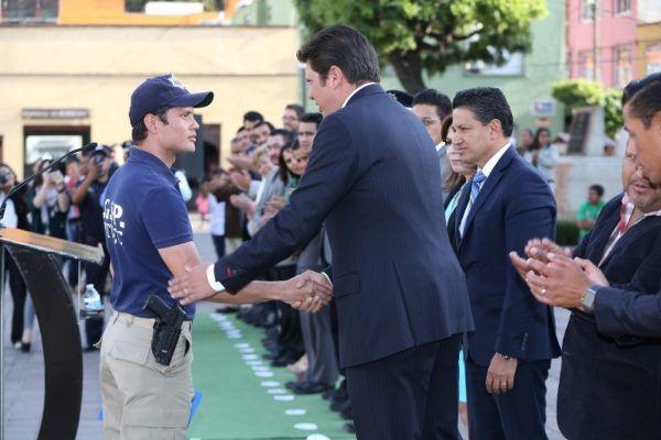 RECONOCE DAVID LOPEZ A POLICIAS