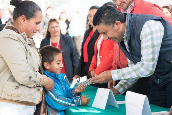 Entregaron vales de útiles escolares a estudiantes de Texcaltitlán, Almoloya de Alquisiras y Sultepec.