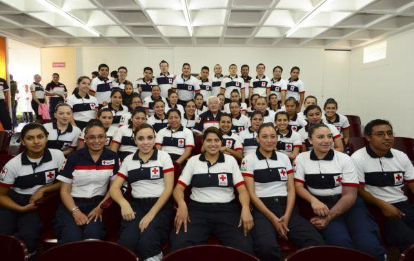 Entregan reconocimiento al Técnico en Urgencias Médicas Jesús Carlos Marcelo Cruz Santamaría por 50 años de servicio.