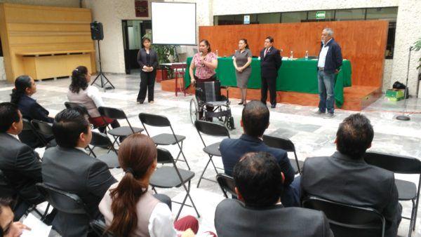 A través de un taller, colaboradores judiciales realizan ejercicios prácticos para experimentar la discapacidad