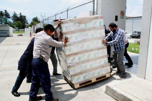 """La empresa Bio-Pappel S.A.B. de C.V. entregó al IEEM 540 cajas de papel bond """"Hoja Cero"""" tamaño carta, el cual es elaborado 100% con fibras de papel reciclado, bajo procesos que protegen y conservan el medio ambiente."""