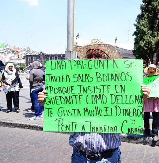 Unos días antes de que Salas Bolaños asumiera la delegación de Tlacotepec, un grupo de pobladores se manifestaron frente al palacio del ayuntamiento con el argumento de que para ganar, Salas Bolaños, realizó compra de votos