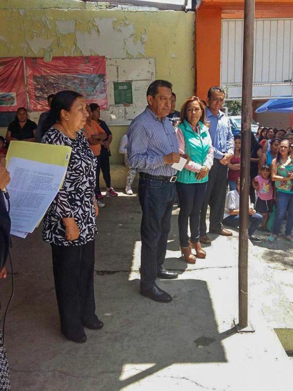 El coordinador del Grupo Parlamentario de Nueva Alianza entregó material para la impermeabilización de dos escuelas primarias.