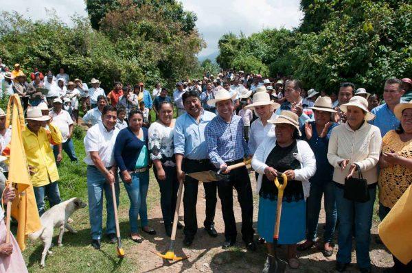 En gira de trabajo por este municipio, el diputado Arturo Piña (PRD), junto al alcalde Noé Leocadio Tiburcio, dio el banderazo de inicio de obras de pavimentación de caminos y una barda perimetral.