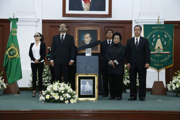 El rector de la Universidad Autónoma del Estado de México, Jorge Olvera García, encabezó la ceremonia luctuosa en la que se rindió homenaje a Jorge Hernández García, quien fuera rector de la UAEM entre 1964 y 1969.
