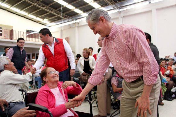 Entrega Alfredo Del Mazo material para mejoramiento de las escuelas, además de lentes, bastones sillas de ruedas que resuelven un problema de salud de la población afectada