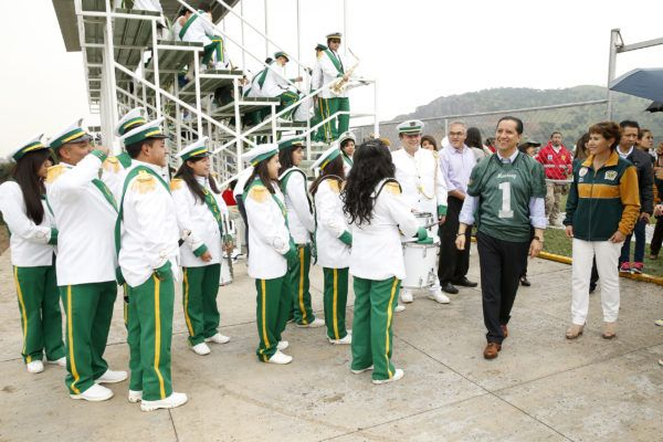 El rector Jorge Olvera García entregó a la comunidad universitaria la cancha de fútbol americano del Centro Universitario UAEM Valle de México, con una inversión cercana a los ocho millones de pesos.
