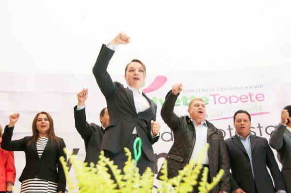 La legisladora y el secretario General de Gobierno, José Manzur, tomaron protesta al voluntariado del distrito XXVIII integrado por ciudadanos de Amecameca, Atlautla, Ayapango, Ecatzingo, Ozumba, Tepetlixpa y Tlalmanalco.