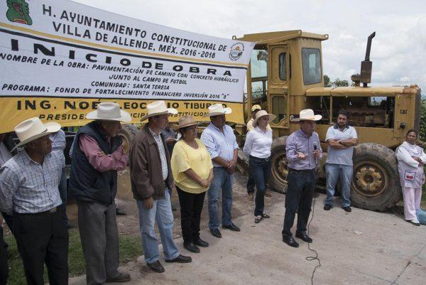 El legislador del PRD dio el banderazo de salida a los trabajos de pavimentación en las comunidades de Mesas de Zacango, San Felipe Santiago y Santa Teresa.