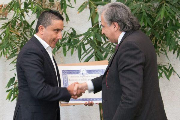 El presidente de la Jucopo recibió la membresía por parte de Mariano Gerván, presidente de esa organización y prosecretario del Senado argentino.