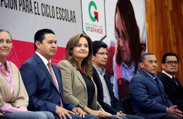La secretaria de Educación, Ana Lilia Herrera, entregó nombramientos por cambio de adscripción a 924 docentes del Subsistema estatal.