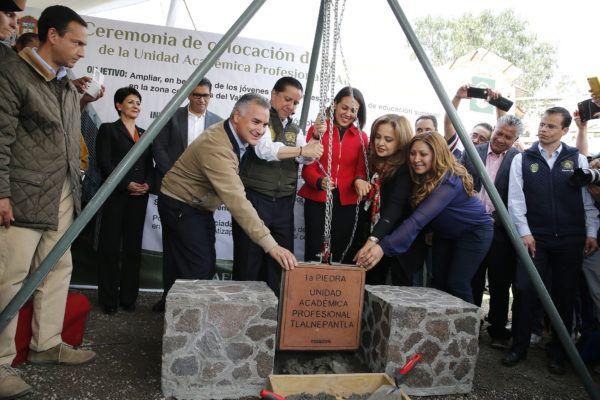 El rector Jorge Olvera García y la Secretaría de Educación, Ana Lilia Herrera Anzaldo, colocaron la primera piedra de la Unidad Académica Profesional UAEM Tlalnepantla.