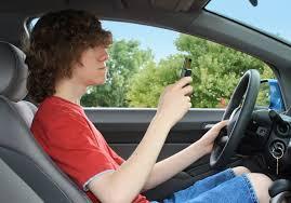 Distraccion de joven por celular al conducir
