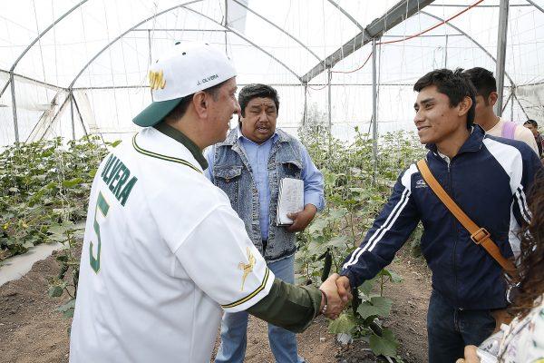 En el Centro Universitario Zumpango, el rector de la UAEM entregó el campo de béisbol de este espacio universitario, cuya inversión ascendió a un millón 200 mil pesos, además de insumos para la práctica de este deporte con valor de 300 mil pesos.
