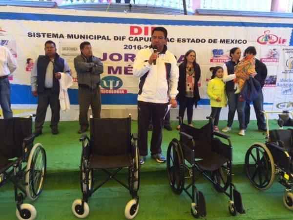 Eduardo Neri además entregó sillas de ruedas, bastones, andaderas y una silla especial para un niño con parálisis.
