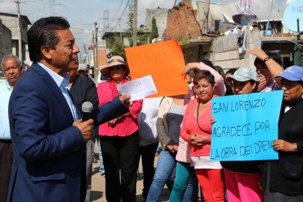 El presidente municipal de Zinacantepec, Manuel Castrejón Morales, inauguro dos obras sanitarias, además de entregar 95 tinacos a igual número de familias favorecidas.