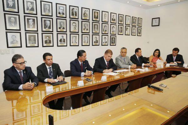 El rector de la UAEM, Jorge Olvera García, firmó un Convenio de Colaboración con el titular de la Secretaría General de Gobierno de la entidad, José Manzur Quiroga, para el diseño, edición y dictaminación conjunta de la revista 'Ciudadanía Activa'.