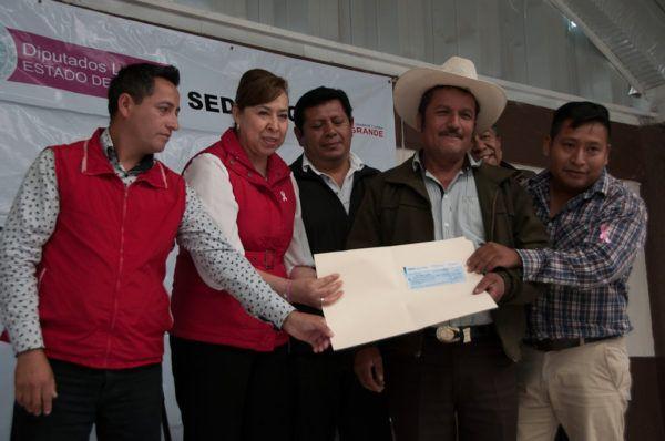 En gira de trabajo, en compañía del subsecretario de Desarrollo Agropecuario, Enrique Martínez Orta Flores, entregó canastas hortofrutícolas y apoyos del Programa de Reforestación y Restauración Integral de Microcuencas.