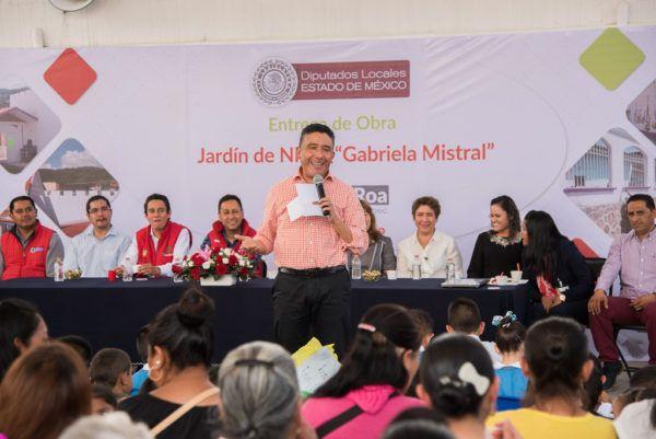 Con una inversión superior a los 300 mil pesos entregó obras de ampliación y computadoras portátiles a maestras, así como un módulo de juegos infantiles.