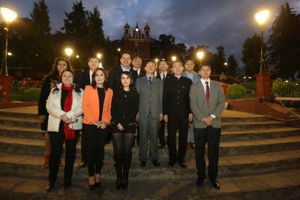 Representantes de la ciudad de Tianjin son recibos por el alcalde David López y miembros del cabildo.