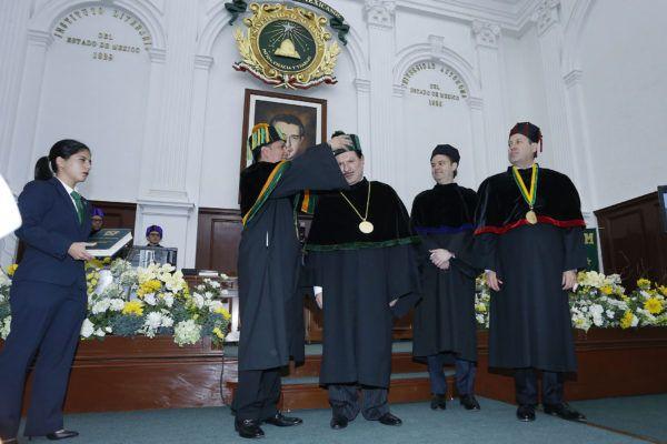 En el Aula Magna del Edificio de Rectoría de la UAEM, el rector Jorge Olvera García entregó el máximo reconocimiento institucional al presidente Ejecutivo y del Consejo de Administración de El Universal, Juan Francisco Ealy Ortiz.