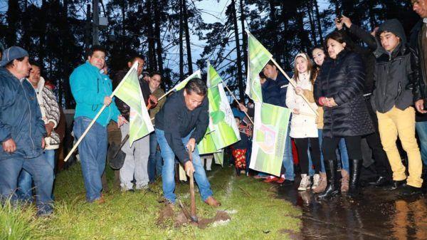 Se dio el banderazo de arranque del entubamiento de canal de aguas negras en camino viejo a San Cristóbal Tecolit, en San Juan de las Huertas y la introducción de la línea de agua potable, en la Col. Cuauhtémoc, en la comunidad de San Pedro Tejalpa.
