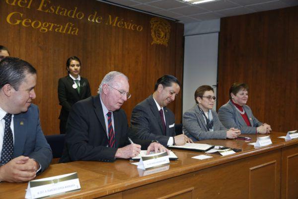 El rector de la Universidad Autónoma del Estado de México, Jorge Olvera García, y el director general de la Agencia Espacial Mexicana (AEM), Francisco Javier Mendieta Jiménez, firmaron un Convenio General de Colaboración.
