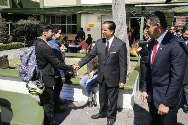 Al encabezar el Informe de Actividades del director de la Facultad de Lenguas, Víctor Alonso Galeana Estrada, el rector puntualizó que la Autónoma mexiquense es punta de lanza en la oferta de estudios de posgrado pertinentes, como la Maestría en Periodismo de Investigación.
